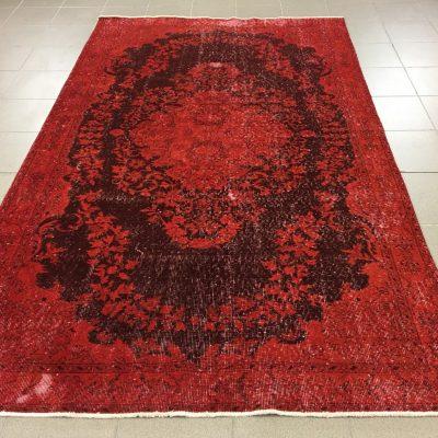 vintažinis raudonas rankų darbo vilnos kilimas