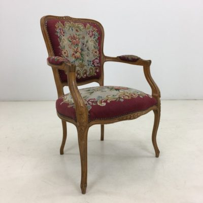 barokinis siuvinėtas raudonas krėslas