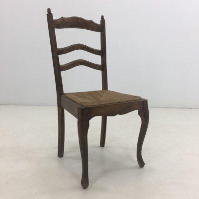 senovinė kėdė pinta sėdimąja dalimi