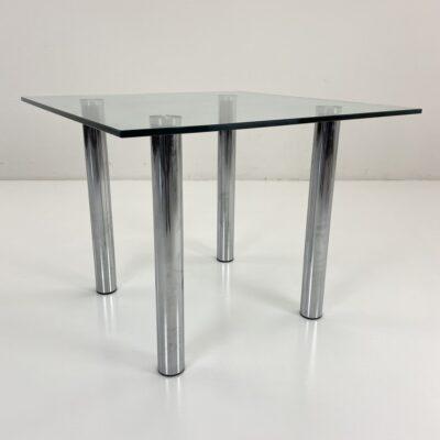 kvadratinis stiklinis stalas su metalinėmis kojomis