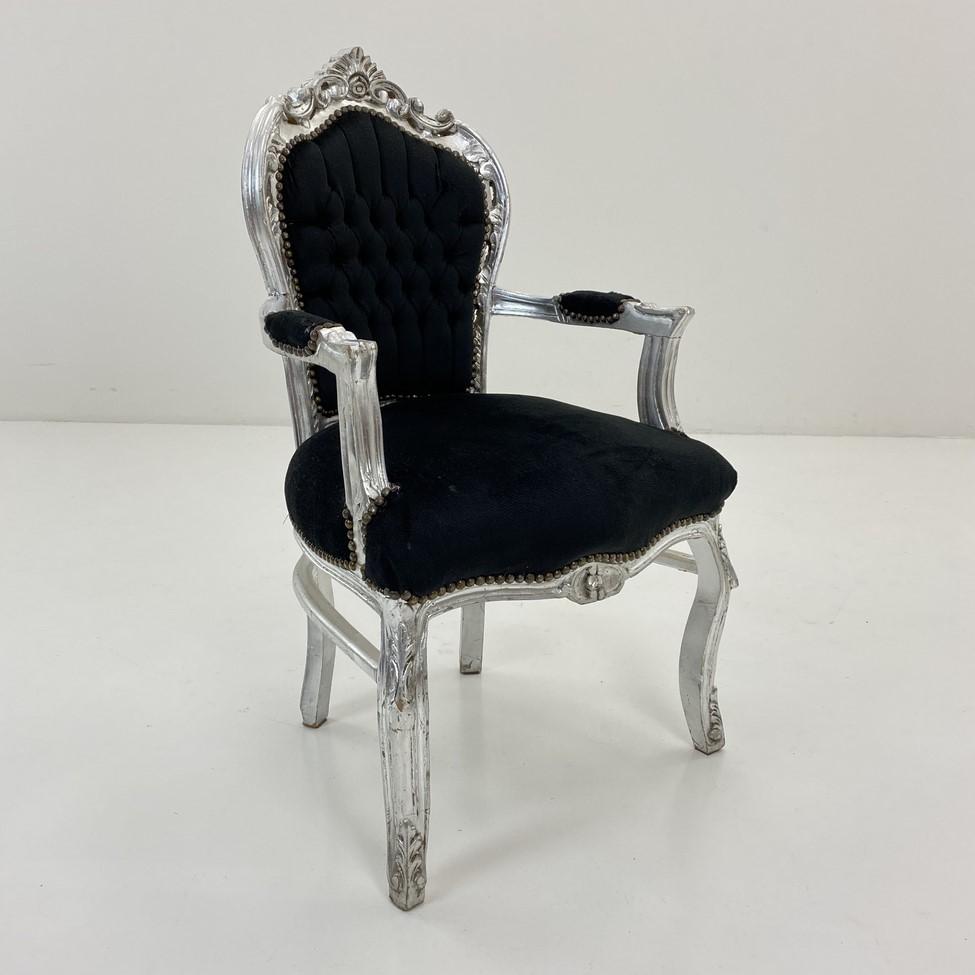 juodas senovinis krėslas sidabro spalvos rėmu