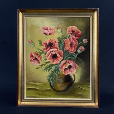 paveikslas su vazoje pamerktomis raudonomis gėlėmis