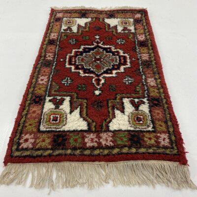 rankų darbo kilimėlis dekoruotras geometriniais ornamentais