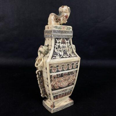 rytietiška vaza iš kaulo
