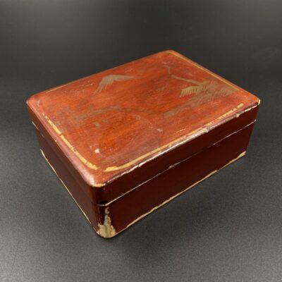 medinė raudona dėžutė