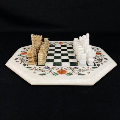 akmeniniai šachmatų figūros ir šešiakampė šachmatų lenta iš akmens