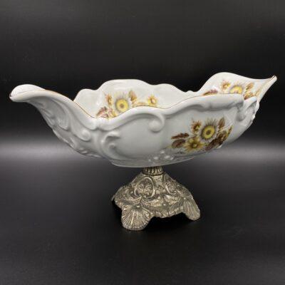 balta keramikinė vaza žalvarine koja