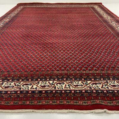raudonas rankų darbo kilimas