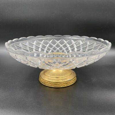 krištolinė vaza su žalvariniu stovu