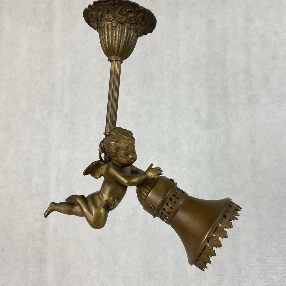 Bronzinis šviestuvas su angelo skulptūra