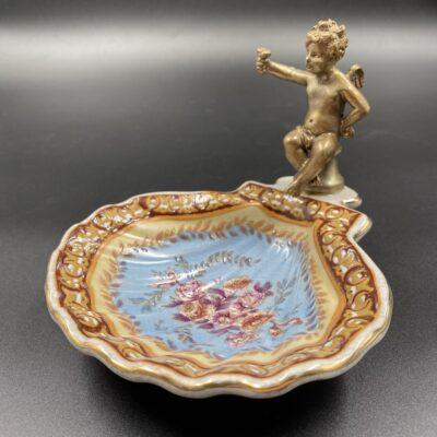 Keramikinė muilinė dekoruota gėlių ornamentais su žalvarine angelo skulptūra