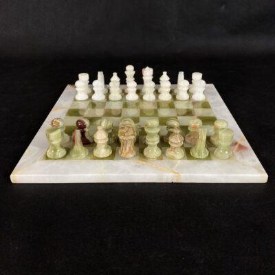 Šachmatai: šachmatų figūros ir lenta iš akmens