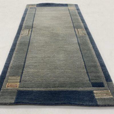 Naudotas žydras gamyklinis kilimas