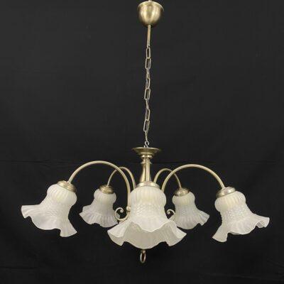 Metalinis penkių lempų sietynas baltais stikliniais gėlių žiedus primenančiais gaubtais.