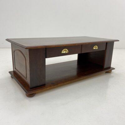 Žurnalinis staliukas mediniu pagrindu su dvipusiu stalčiumi.