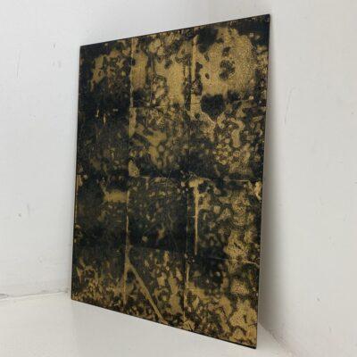 Aukso spalvos fone juodomis dėmėmis tapytas veidrodis