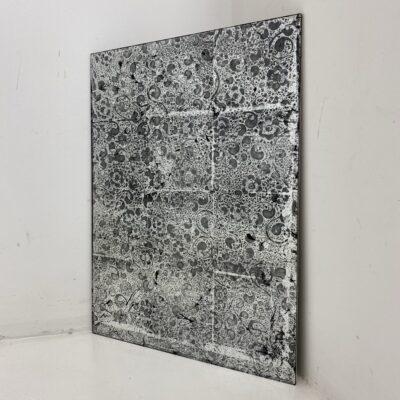 Sidabro spalvos fone tamsiais raštais tapytas veidrodis