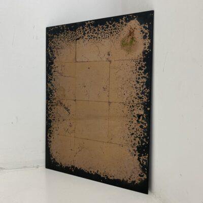 Bronzos spalvos fone tamsiomis abstrakcijomis sendintas veidrodis