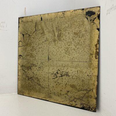 Aukso spalvos fone abstrakcijomis tapytas ir sendintas veidrodis