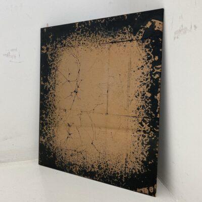 Bronzos spalvos fone abstrakcijomis tapytas ir sendintas veidrodis