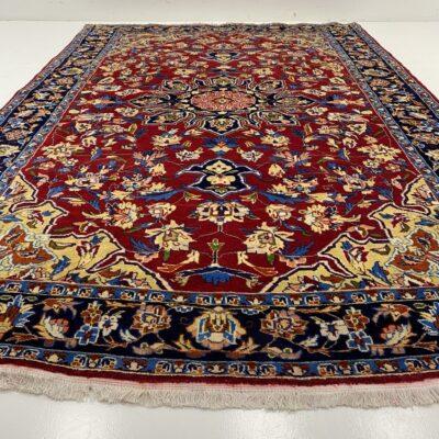 Margais augaliniais ornamentais raudoname fone dekoruotas persiškas rankų darbo kilimas Keshan