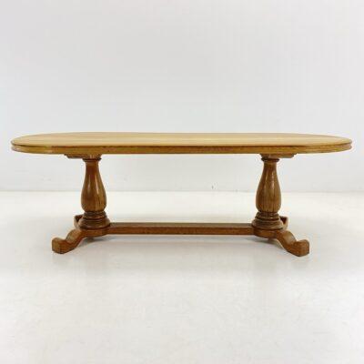 Ovalo formos ąžuolo masyvo stalas su dviem masyvių baliustrų formos kojomis