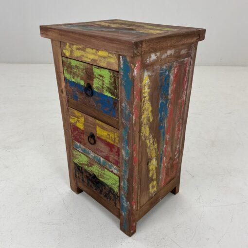 Vintage stiliaus įvairiomis spalvomis dažyta. spintelė su trimis stalčiais.