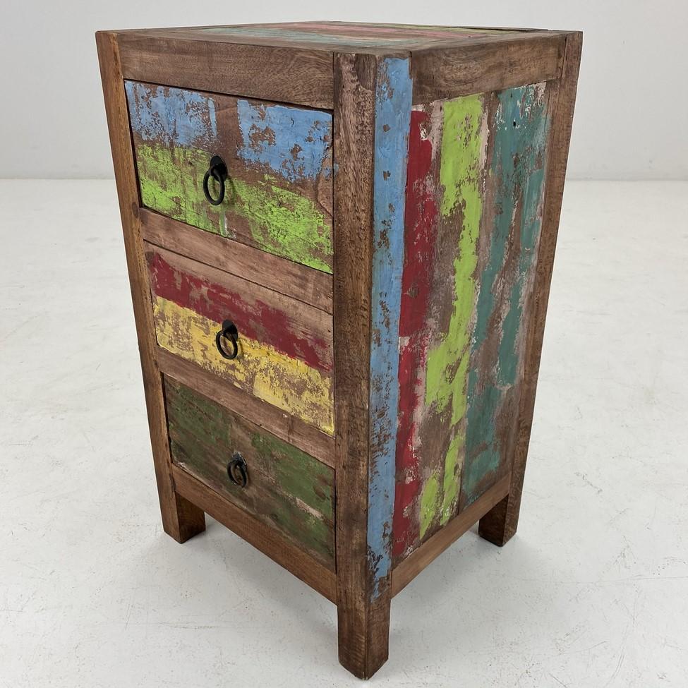 Vintage stiliaus įvairiomis spalvomis dažyta spintelė su trimis stalčiais.