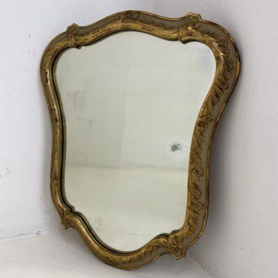 Netaisyklingos formos veidrodis mediniu aukso spalvos rėmu