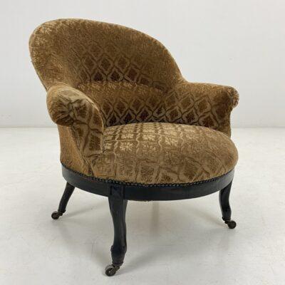 Senovinis fotelis mediniu rėmu, aptrauktas rusvos spalvos gobelenu