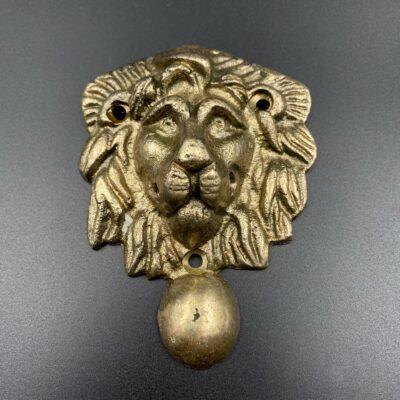 Žalvarinė apdailos detalė su liūto atvaizdu