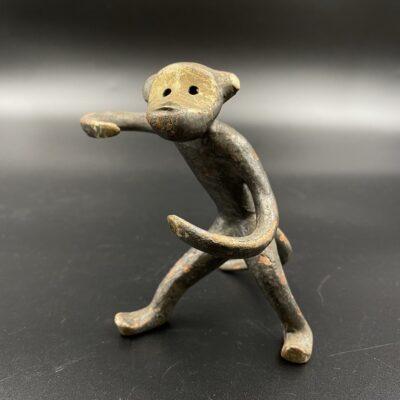 Žalvarinė beždžionėlės skulptūra