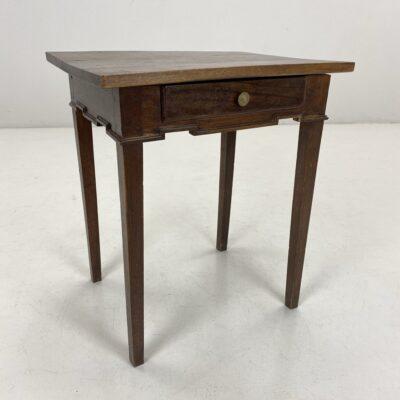 Ąžuolinis staliukas tiesiomis kojomis su stalčiumi
