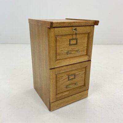 Dviejų skyrių rakinama medinė spintelė dokumentams