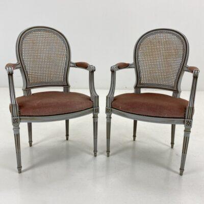 Provanso stiliaus krėslų komplektas baltu mediniu rėmu, siaurėjančiomis į apačią apvaliomis kojomis, rudu gobelenu aptraukta sėdimąja dalimi ir ratano atkalte