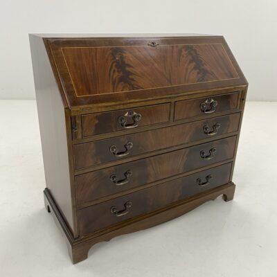 Senovinis riešutmedžio sekreteras su penkiais stalčiais ir atlenkiama rašymui skirta lenta su oda
