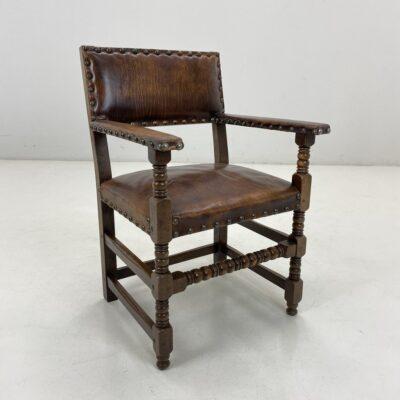 Senovinis ąžuolinis krėslas odine atkalte ir sėdimąja dalimi