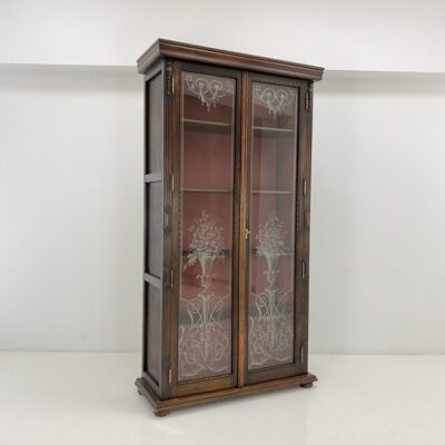 Ąžuolinė knygų spinta ornamentais dekoruotomis stiklo durelėmis