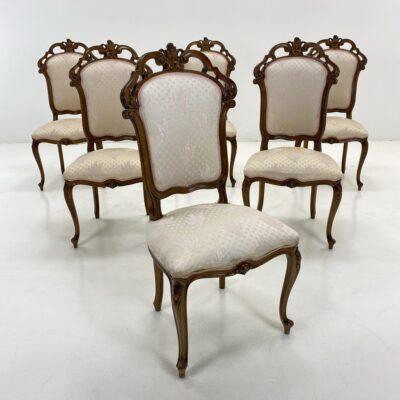 Raudonmedžio kėdės šviesiu gobelenu aptraukta sėdimąja dalimi ir atkalte ir lenktomis cabriole tipo kojomis