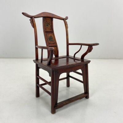 Raudonas medinis rytietiškas drožinėtas krėslas