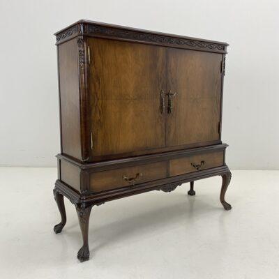 Dviejų durelių chippendale stiliaus medinė komoda baras su veidrodžiu ir stiklinėmis lentynomis bei dviem stalčiais
