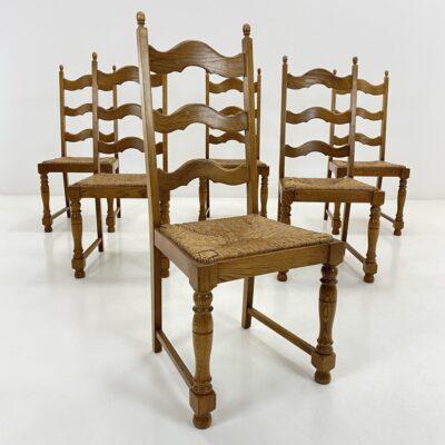 Ąžuolinės kėdės tekintomis kojomis, atvira atkalte ir pinta sėdimąja dalimi.