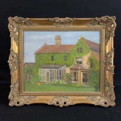 Aliejiniais dažais ant drobės tapytas žalumynais apaugusio namo paveikslas aukso spalvos rėme