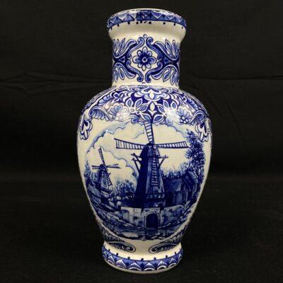 """Mėlyna žymios olandų keramikos įmonės """"Delft"""" vaza dekoruota ornamentais ir vėjo malūno piešiniu"""
