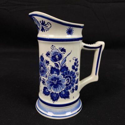 """Mėlynas žymios olandų keramikos įmonės """"Delft"""" ąsotis dekoruotas rankomis pieštais gėlių žiedais"""