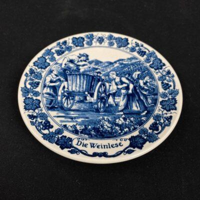 Pakabinama dekoratyvinė Delft keramikos lėkštė su vaizduojančiu derliaus nuėmimą piešiniu