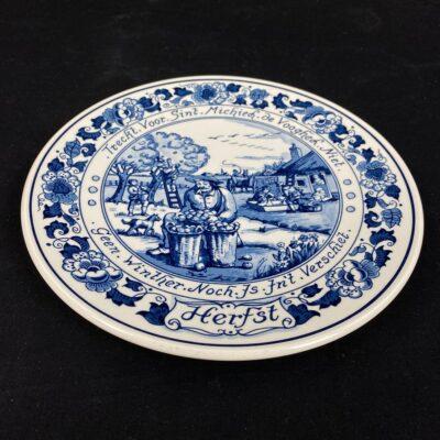 Pakabinama dekoratyvinė Delft keramikos lėkštė su derliaus nuėmimo vaizdu