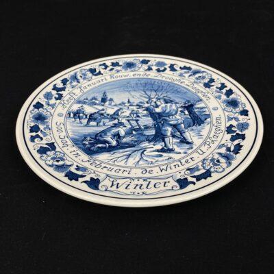 Pakabinama dekoratyvinė Delft keramikos lėkštė su žiemos darbų vaizdu
