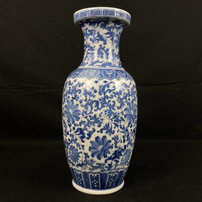 Keramikinė vaza dekoruota mėlynais geometriniais ir augaliniais ornamentais