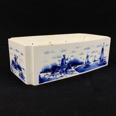 Keramikinis baltas vazonas dekoruotas mėlynais burinių laivų ir vėjo malūnų piešiniais